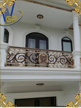 Lan can ban công nhôm đúc logo sư tử